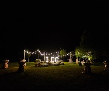 Trouwfeest in tuin 's nachts